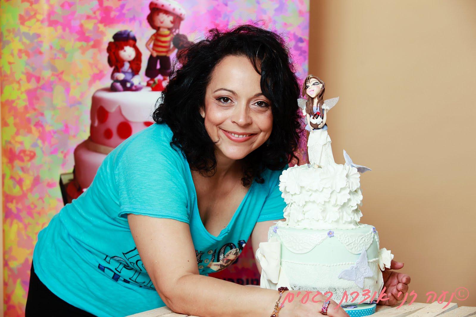 מיכל מאיה זלצברגר עם עוגה מבצק סוכר של עוגיגה